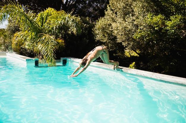 Подходит блондинке, ныряющей в бассейн в солнечный день