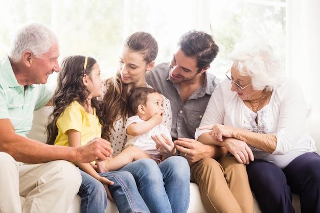 Счастливая расширенная семья, улыбающаяся дома