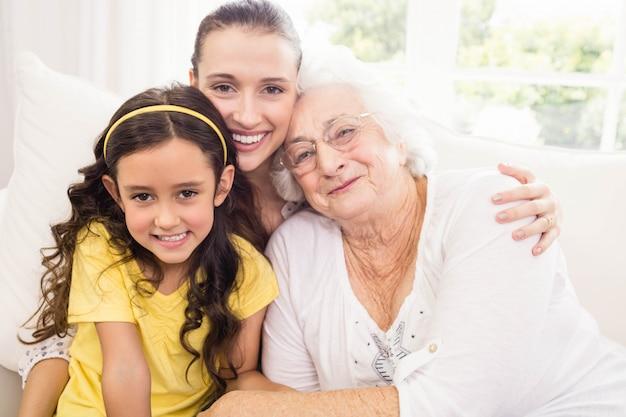 自宅で笑って幸せな大家族