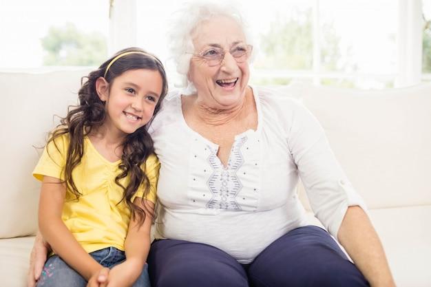 幸せな祖母と孫娘が自宅で笑顔
