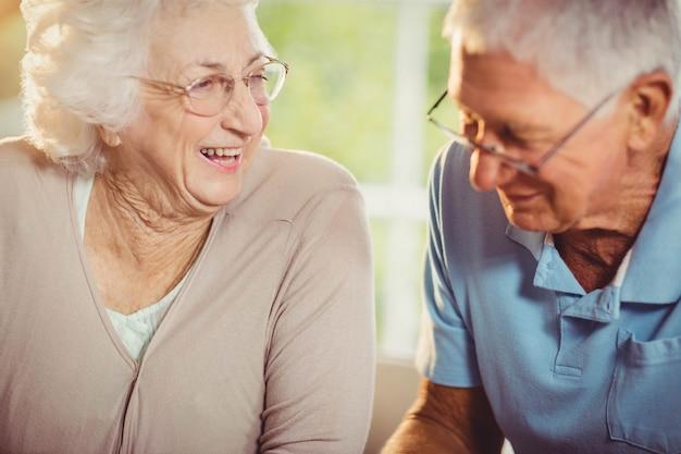 年配のカップルが自宅で笑顔