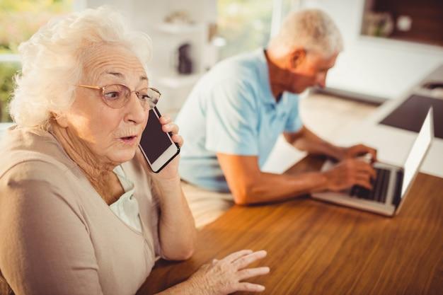 自宅で電話で年配の女性