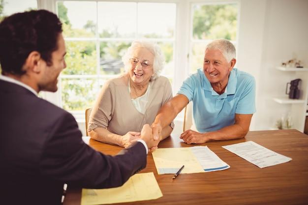自宅で実業家と年配の男性ハンドシェーク