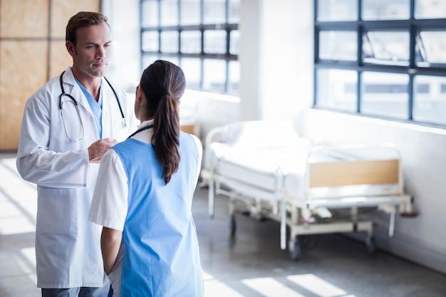 廊下で一緒に議論する医療チーム
