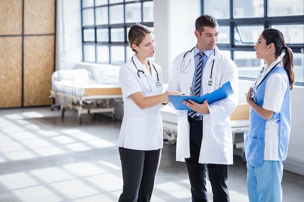 病院で立っていると話している医療チーム