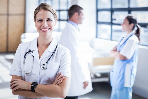 病棟のカメラに笑顔の看護師