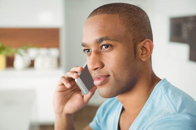 若い男が自宅のリビングルームで呼び出す