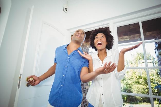 幸せなカップルが彼らの家に入ると応援