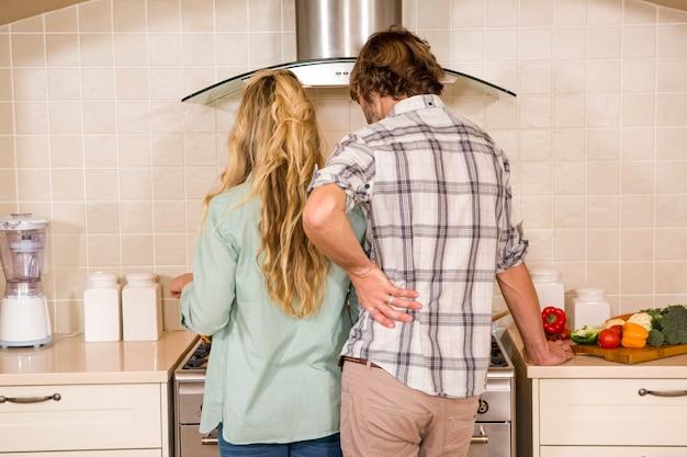 台所で料理を一緒にかわいいカップル