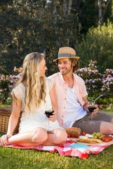 庭でピクニックを持っている幸せなカップル