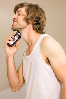 自宅のバスルームで剃る約ハンサムな男