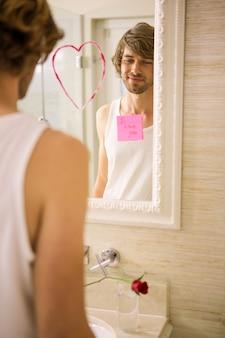 自宅のバスルームの鏡で愛のメッセージを発見した彼氏