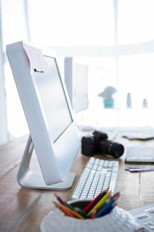オフィスの机の上のコンピューターのビュー