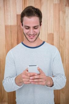 スマートフォンを使用してハンサムなヒップスター