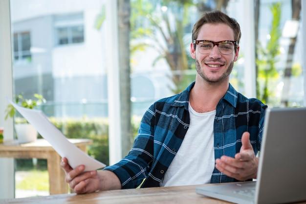 Красивый мужчина работает на ноутбуке в ярком офисе