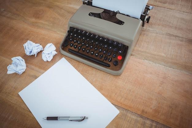 木製のテーブルに古いタイプライターのビュー