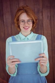 タブレットを使用して赤髪のヒップスター
