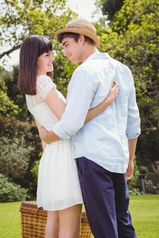 庭で抱き合って若いカップル