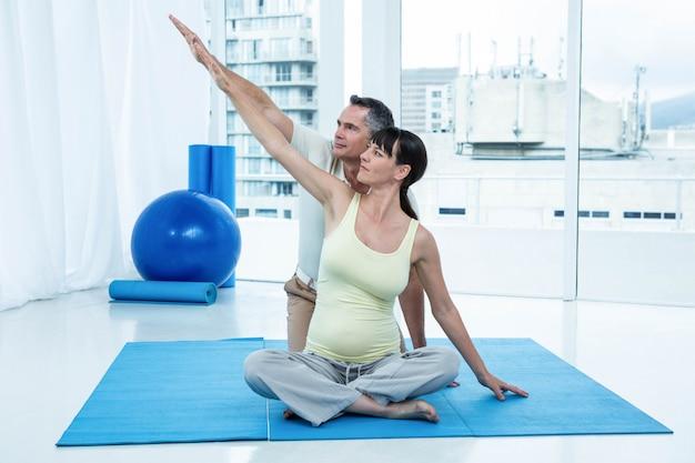 妊娠中の女性が自宅で理学療法士と運動