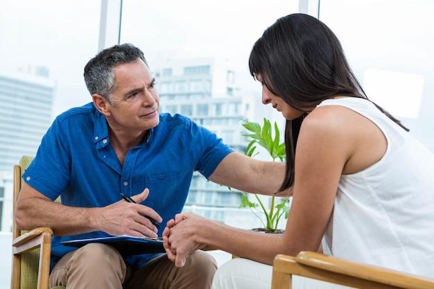 クリニックでセラピストに相談する女性