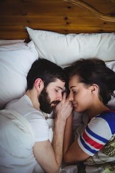 ベッドで一緒に寝ているカップル