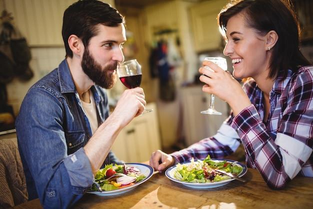 ワインと朝食を持っているカップル