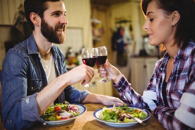 Пара поджаривания бокалов вина