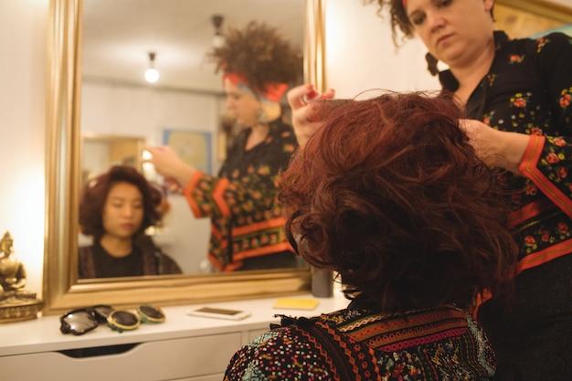 スタイリッシュな女性が彼女の髪を成し遂げる