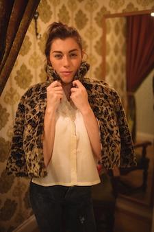 毛皮のジャケットをしようとしている女性の肖像画
