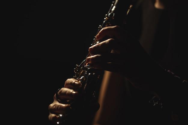 音楽学校でギターを弾く女性
