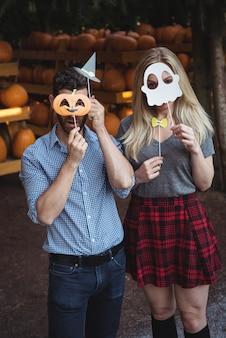 ハロウィーンのマスクを着ているカップル
