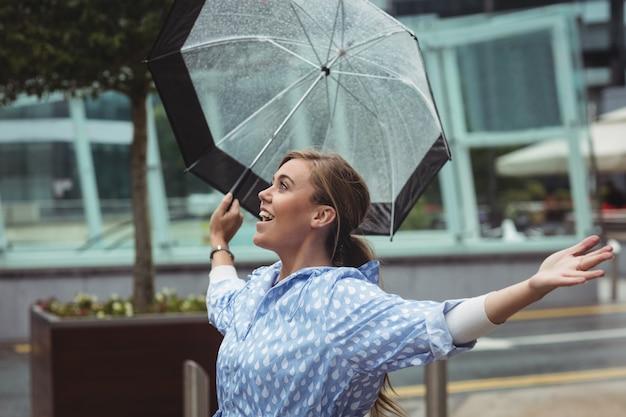 雨を楽しんでいる美しい女性