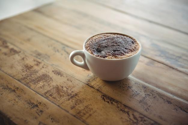 テーブルの上のコーヒーカップ