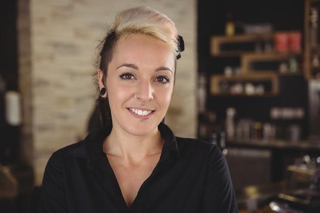 Портрет женщины, улыбаясь на кухне