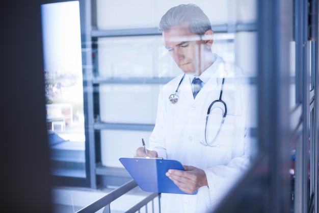 Мужской доктор, запись в буфер обмена в больнице