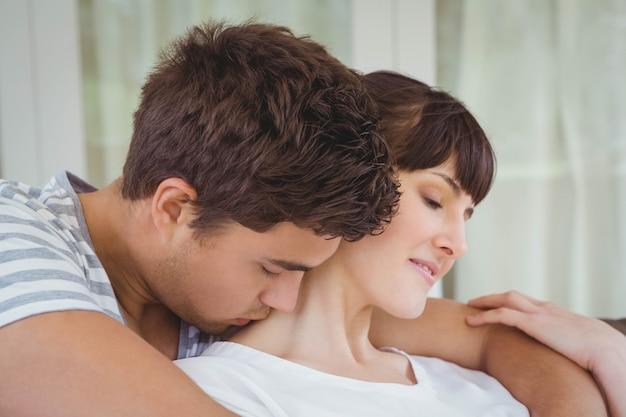 寄り添うロマンチックな若いカップル