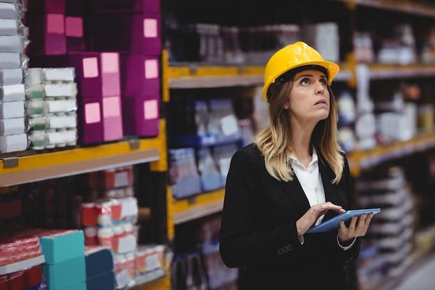 倉庫でタブレットを使用して実業家