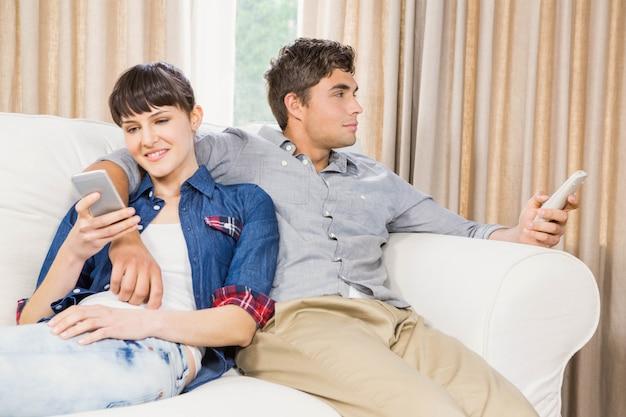 自宅のリビングルームのソファでリラックスしたロマンチックなカップル