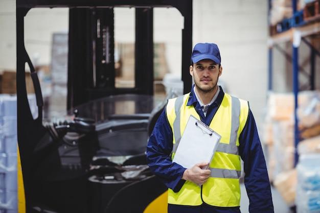 Портрет работника склада с буфером обмена на складе
