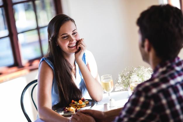 レストランで手を繋いでいるカップル