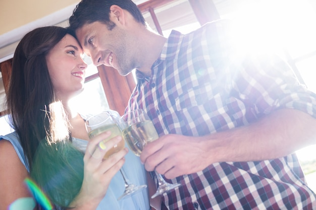 Пара, имеющая белое вино в ресторане