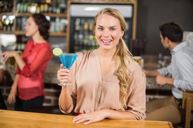 魅力的な女性が乾杯