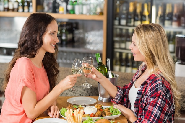 白ワインで乾杯する女性