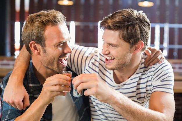Мужчины тостов с выстрелами