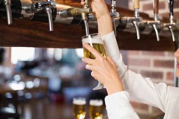 バーのビールを注ぐ