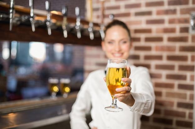 ビールを保持しているバーのホステス