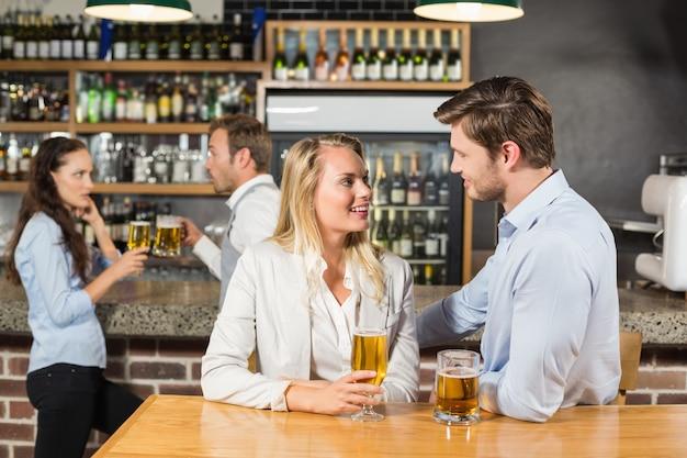 ビールを押しながらお互いを見ているカップル