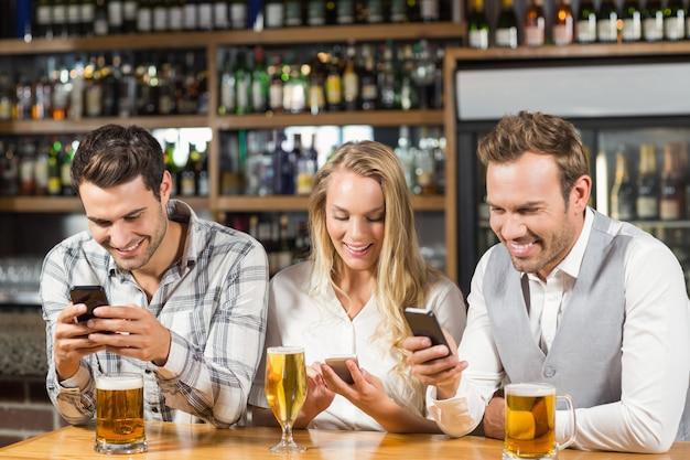 Друзья смотрят на смартфоны