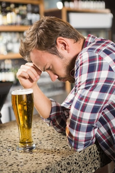 ビールを持って疲れた男