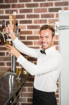 Красивый бар нежно наливает пинту